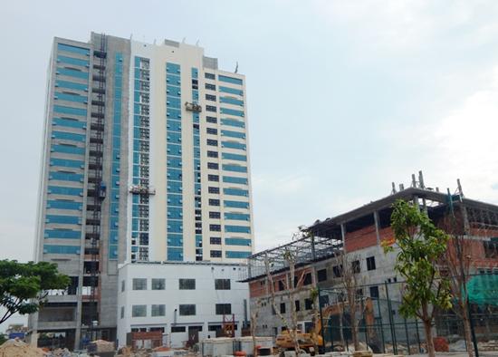 Công trình tổ hợp khách sạn, thương mại, dịch vụ Mường Thanh sẽ được đưa vào sử dụng trong tháng 8.2015. Ảnh: B.L