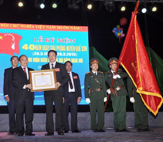 Phó Thủ tướng Chính phủ Nguyễn Xuân Phúc trao Huân chương Lao động hạng Nhì cho lãnh đạo huyện nhân dịp kỷ niệm 40 năm ngày quê hương giải phóng. Ảnh: VĂN SỰ