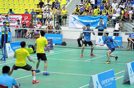 Trận chung kết đôi nam giữa đôi VĐV CLB Trường Trung cấp Công an và CLB Sông Thu (Điện Bàn). Ảnh: T.VY
