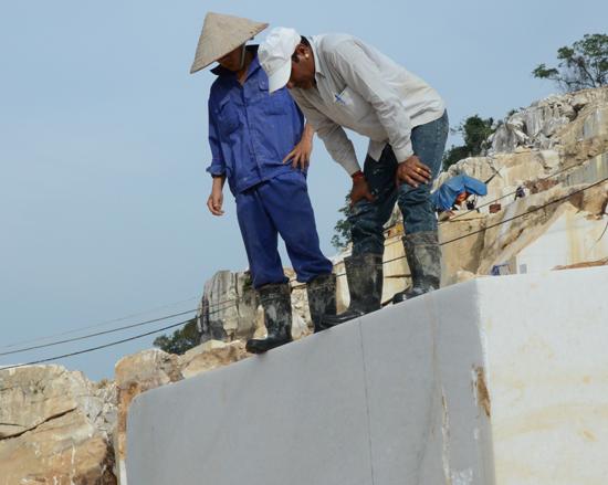 Ngành khai khoáng là lĩnh vực dễ xảy ra tiêu cực. TRONG ẢNH: Khai thác đá trắng tại huyện Lục Yên (tỉnh Yên Bái) năm 2014. Ảnh: H.P