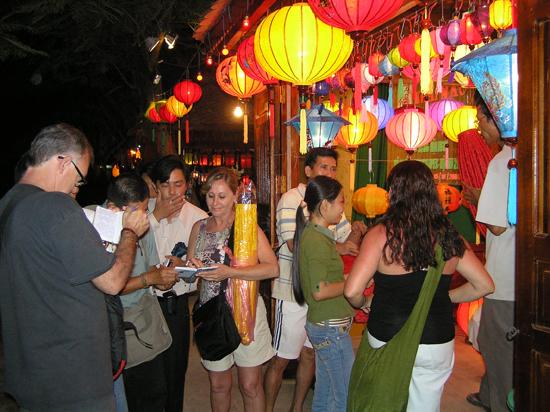Con dấu xác thực chính thức đi vào thị trường sẽ góp phần phát triển du lịch, công nghiệp nông thôn ở Quảng Nam. Ảnh: C.T.A