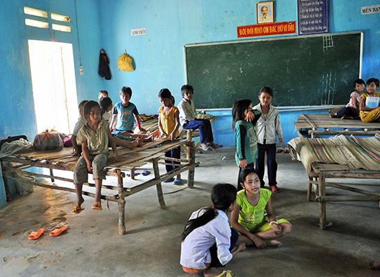 Cơ sở vật chất trường học và nơi sinh hoạt của học sinh miền núi còn yếu kém.Ảnh: TƯỜNG VY