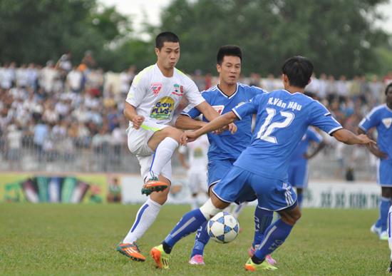 Công Phượng (bên trái) trong trận làm khách của QNK Quảng Nam. Ảnh: A.NHI