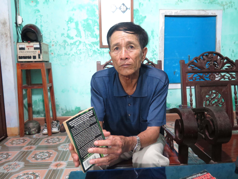Ông Nguyễn Hữu Cầu kể về sự hy sinh anh dũng của bộ đội Việt Nam. Ảnh: PHƯƠNG NAM