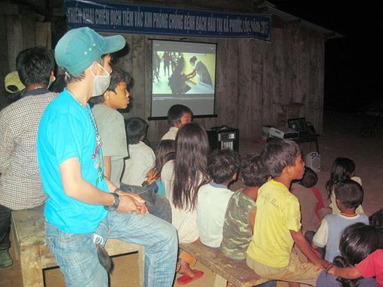 Chiếu phim về công tác tiêm phòng tại các xã lân cận để tác động vào nhận thức dân làng 8A, 8B.