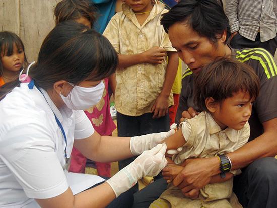 Việc tiêm vắc xin cho trẻ diễn ra rất thuận lợi.