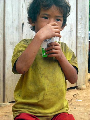Trẻ em được phát sữa sau khi được tiêm chủng.