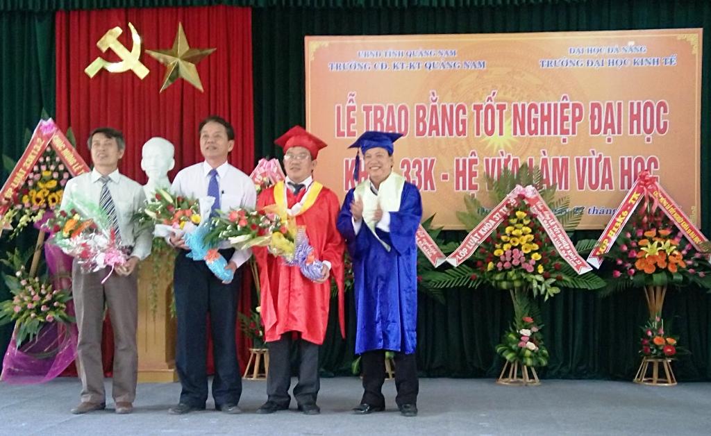 Quang cảnh lễ trao bằng tốt nghiệp.