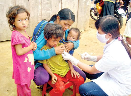 Trẻ em thôn 8A, 8B được tiêm phòng lần đầu tiên vào ngày 28.7. Ảnh: VĂN HÀO