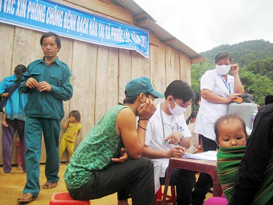 Việc tiêm phòng vắc xin tại Phước Lộc được đồng bào tham gia đông đủ.