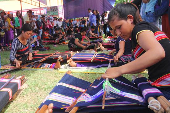 Các nghệ nhân tham gia cuộc thi dệt thổ cẩm truyền thống tại liên hoan văn hóa cồng chiêng Nam Giang lần thứ 3. Ảnh: ALĂNG NGƯỚC