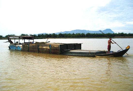 Trên nhiều đoạn sông qua xã Bình Triều, thường xuyên xuất hiện phương tiện vận chuyển cát trái phép. Ảnh: N.Q.V