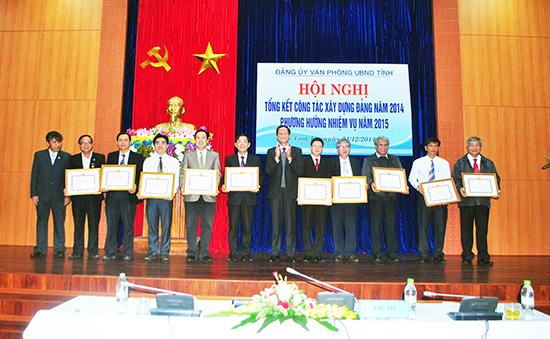 Đảng bộ Văn phòng UBND tỉnh khen thưởng cá nhân có thành tích xuất sắc trong thực hiện nhiệm vụ chính trị. Ảnh: V.P