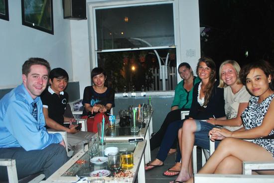 """Cà phê, trò chuyện và vui chơi dã ngoại là những hoạt động của các thành viên nhóm """"Tám với Tây""""."""
