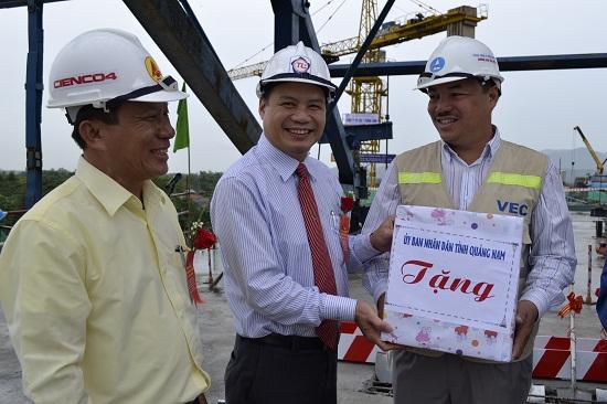 Phó Chủ tịch Lê Văn Thanh tặng hoa động viên Ban Quản lý dự án và nhà thầu.