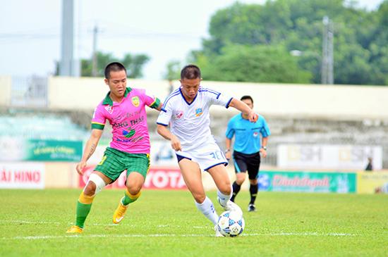 Pha trang bóng quyết liệt giữa Văn Thuận (phải) với hậu vệ Đồng Tháp.