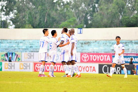 Niềm vui của các cầu thủ QNK Quảng Nam khi giành chiến thắng trước Đồng Tháp