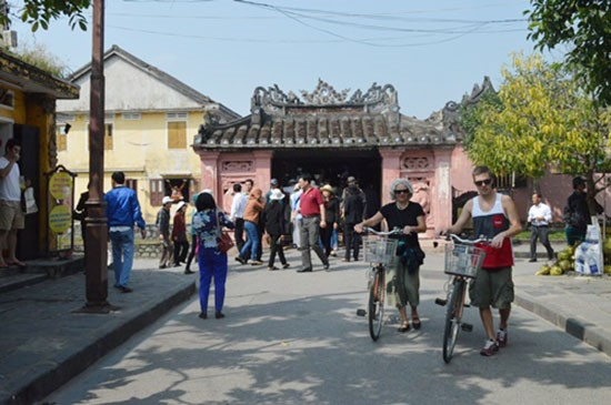 Tourists in Hoi An ancient town.