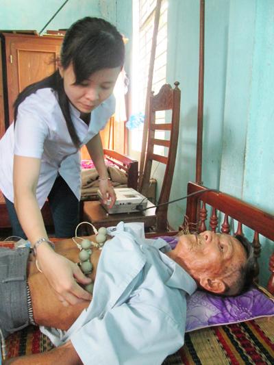 Khám bệnh cho người dân ở xã Duy Phú, huyện Duy Xuyên.