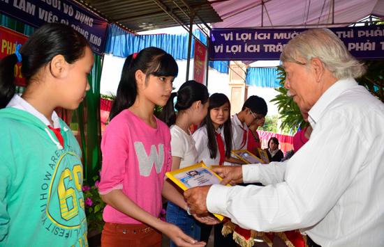 Đại diện tộc Phan Xuân trao thưởng khuyến học cho con cháu. Ảnh: XUÂN KHÁNH