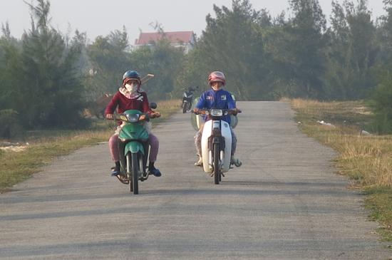 Đường Thanh niên ven biển qua vùng đông Thăng Bình tạo cơ hội để địa phương phát triển công nghiệp, dịch vụ - du lịch.Ảnh: T.PHONG