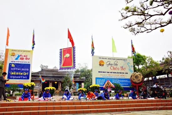 Giao lưu Ngày thơ Việt Nam năm 2015 tại Văn thánh Khổng miếu - một trong những điểm kết nối du lịch Tam Kỳ. Ảnh: PHƯƠNG THẢO