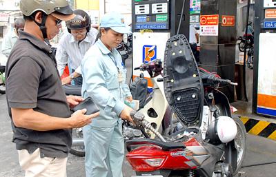 Giá xăng giảm hơn 800 đồng/lít từ 15h hôm nay  Giá xăng giảm hơn 800 đồng/lít từ 15h hôm nay (ảnh minh hoạ)