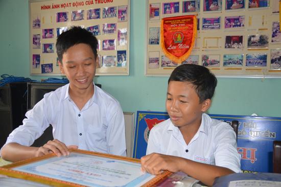 Phùng Ngọc Tuấn và Trần Thái Hoàng Linh vui mừng khi nhận được giấy khen của huyện Duy Xuyên và tỉnh Quảng Nam. Ảnh: V.T.N.T