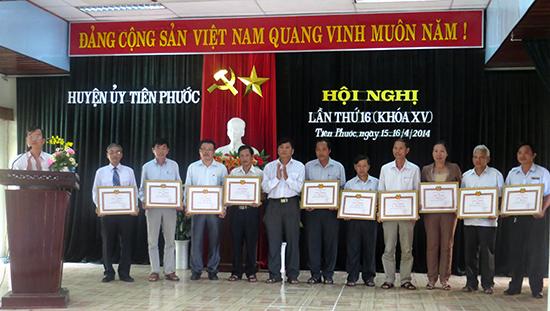 Huyện ủy Tiên Phước khen thưởng tập thể, cá nhân có thành tích xuất sắc trong công tác xây dựng Đảng.Ảnh: PHAN AN