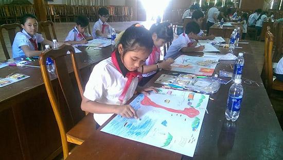 Các em tham gia thi vẽ tranh thể hiện tốt năng khiếu của mình qua các mảng đề tài khác nhau.