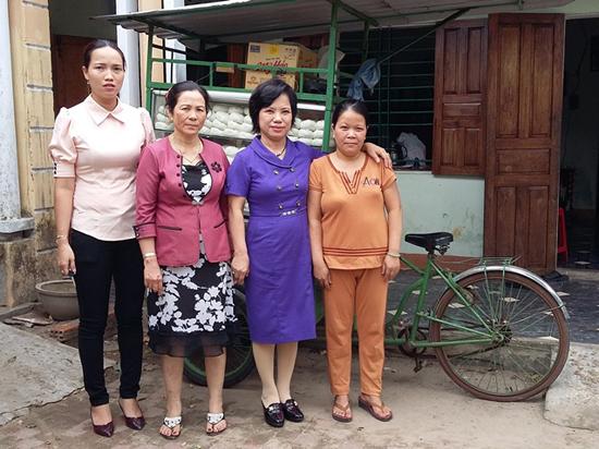 Cán bộ khối phố 8, phường An Mỹ (TP.Tam Kỳ) thường xuyên đến thăm hỏi, động viên gia đình chị Nguyễn Thị Thương (ngoài cùng bên phải). Ảnh: Đ.B