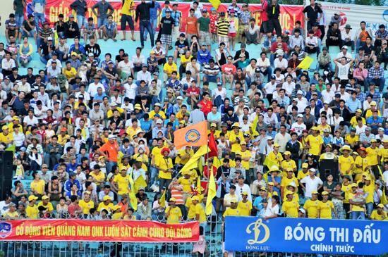 Hình ảnh cổ động viên Quảng Nam và Đà Nẵng trên khán đài sân Tam Kỳ mùa giải 2014. Ảnh: AN NHI