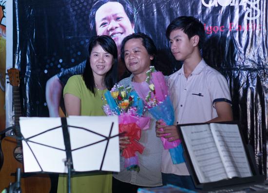 Ngọc Phước và gia đình trong đêm ra mắt album Ngược dòng tại quê nhà. Ảnh: Hứa Thạnh