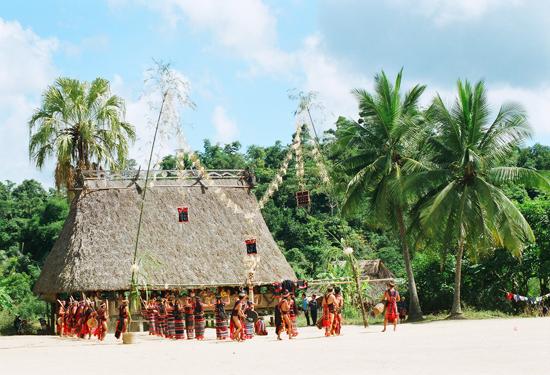 Nhà làng Cơ Tu thôn A Pát, xã Chà Vàl, huyện Nam Giang có trang trí đhrượp ấn tượng.                   Ảnh: TẤN VỊNH