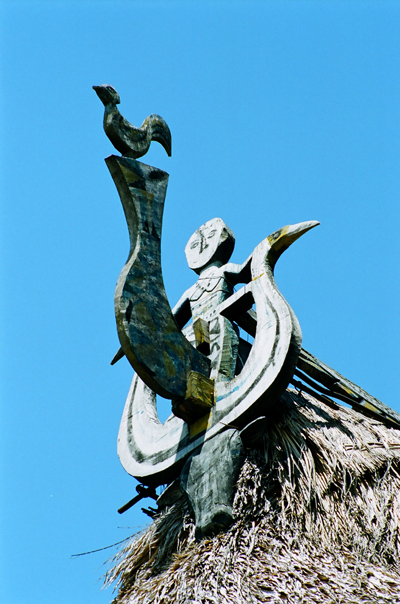 Hình người chim triêng và gà trống trên đầu hồi gươl.