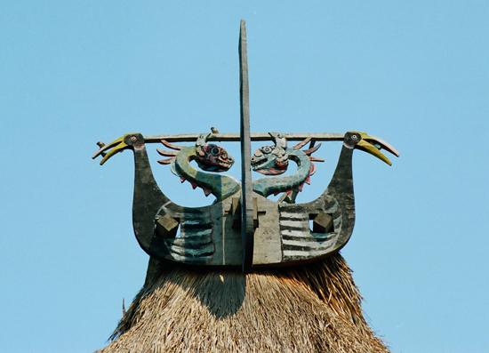 Hình tượng chim triêng và rồng trên đầu hồi nhà gươl Cơ Tu.
