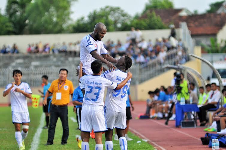 Các cầu thủ QNK Quảng Nam ăn mừng bàn thắng