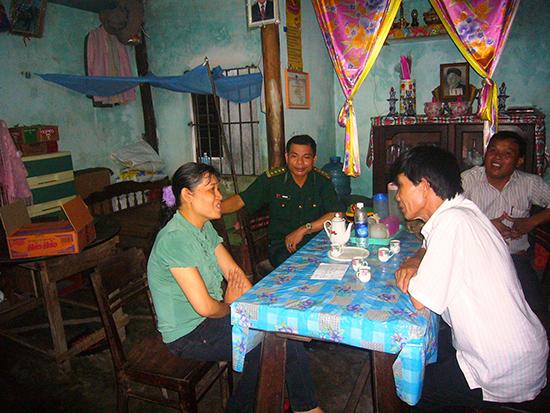 Chủ tịch HĐND TP.Hội An - Nguyễn Sự (ở ngoài, bên phải) thăm hỏi gia đình chiến sĩ biên phòng ở xã đảo Tân Hiệp. Ảnh: ĐỖ HUẤN