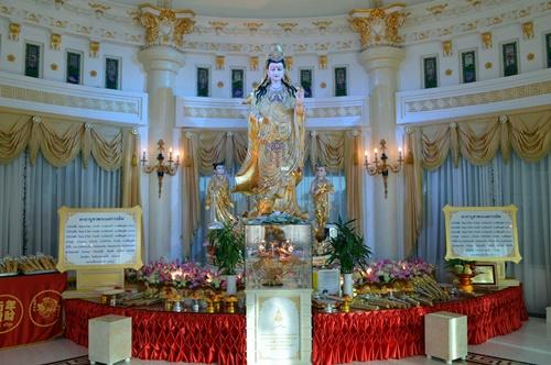 Ấn tượng nhất là tượng Phật Bà mạ vàng được xem là có hồn và đẹp nhất Thái Lan