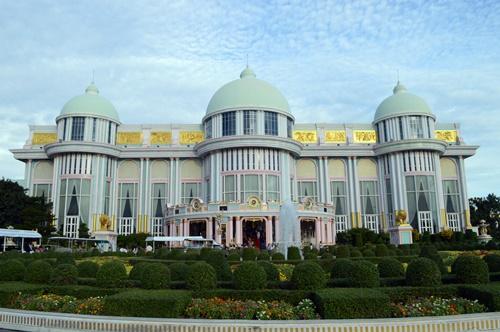 Tòa lâu đài được xây dựng mô phỏng giống cung điện Versailles, Pháp