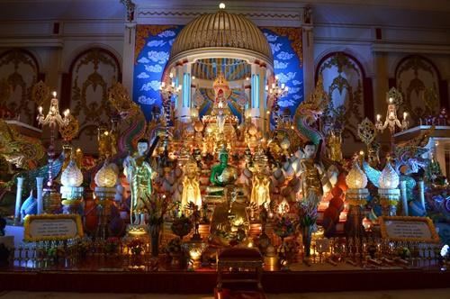 Bên trong tòa lâu đài trưng bày các pho  tượng Phật quý