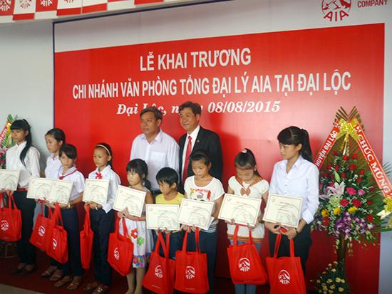 AIA Việt Nam đã trao tặng học bổng, và quà cho trẻ em nghèo huyện Đại Lộc