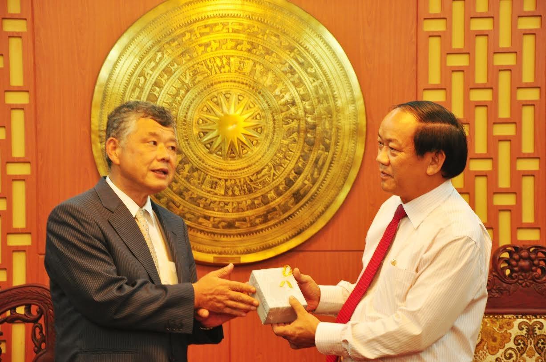 Mr Simada Mamori offers Mr. Thu a souvenir