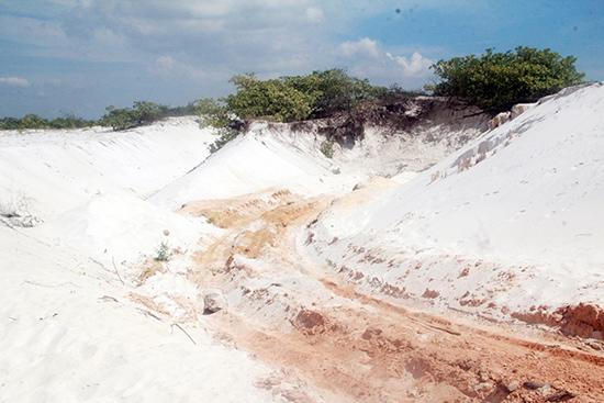 Hiện trường một khu vực khai thác cát trái phép sát đường cứu nạn cứu hộ ven biển qua xã Tam Thăng. Ảnh: H.P
