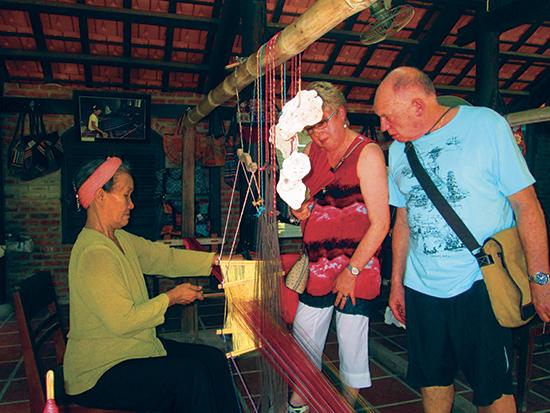 Khu dệt thổ cẩm của người Chăm luôn thu hút du khách nước ngoài đến tham quan. Ảnh: B.T.T.M