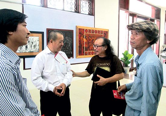 Các họa sĩ tại Triển lãm Mỹ thuật Quảng Nam lần thứ Ii (tháng 3.2015).                                                                                                Ảnh: HIỂN TRÍ
