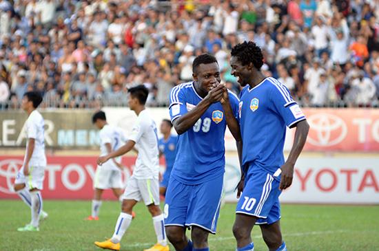 Patiyo và Suleiman ăn mừng bàn thắng trong trận gặp Hoàng Anh Gia Lai.Ảnh: A.NHI