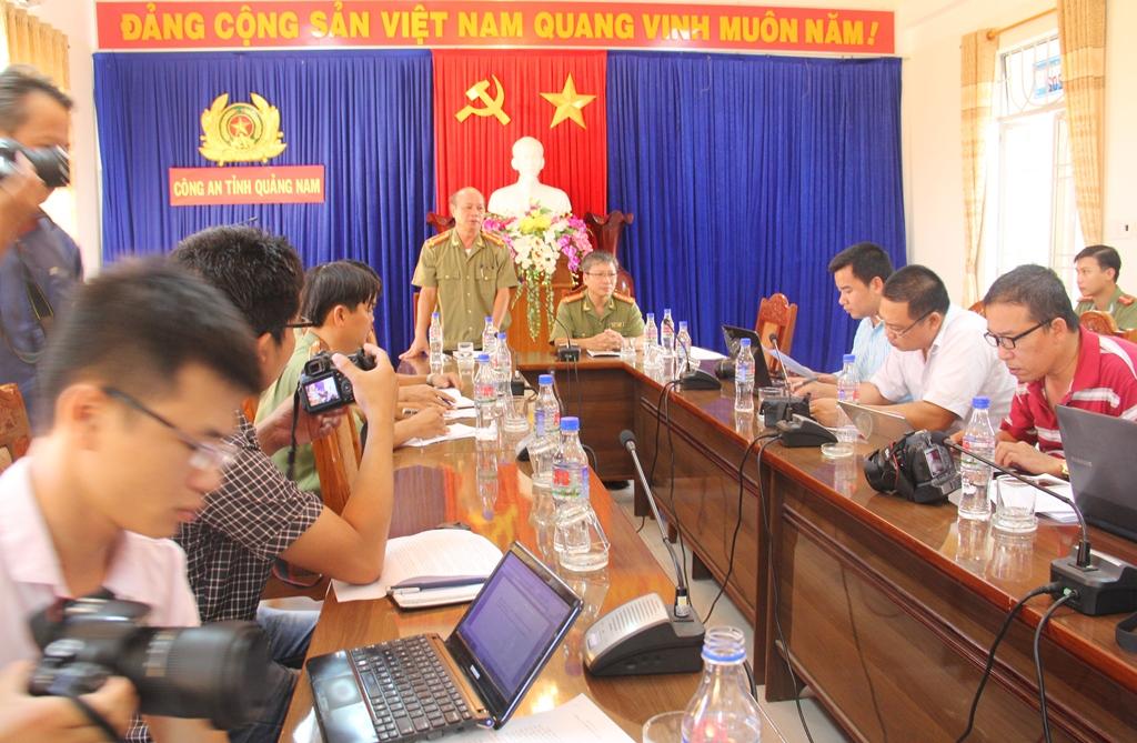 Quang cảnh buổi họp báo của Công an tỉnh với các cơ quan báo chí.