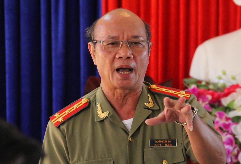 Đại tá Dương Tấn Bộ - Trưởng phòng An ninh điều tra, Công an tỉnh thông tin về kết quả chuyên án tại buổi họp báo.