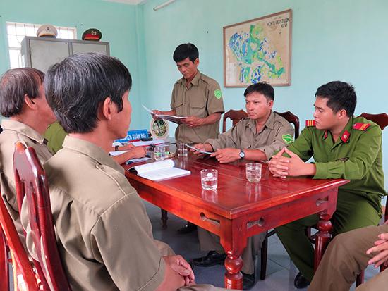 Trưởng ban Bảo vệ dân phố phường Trường Xuân - Võ Văn Tâm (đứng) trong một buổi họp giao ban công tác.  Ảnh: Phương Nam